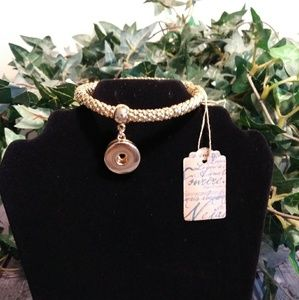Gold braided bracelet with snap charm. (137)